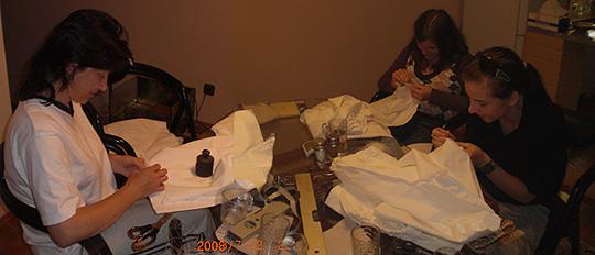 ... šití krojú u Hrabalú v kuchyni ... 22.7.2008 ... foto: Vít Hrabal
