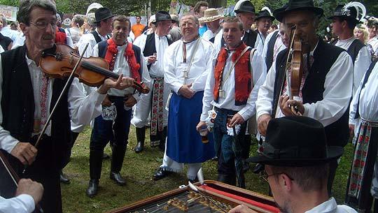 ... Boršičané zpívajú u Burčáků na Festivalu česneku 2008 ... foto: Vlastimil Ondra