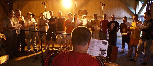 ... natáčání nahrávky Boršičanú ve stodole ... 2.8.2008 ... foto: Jiří Klement