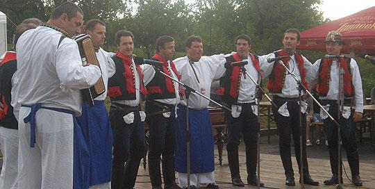 ... Boršičané zpívajú ve Slavkově ... 9.8.2008 ... foto: Alena Hrabalová